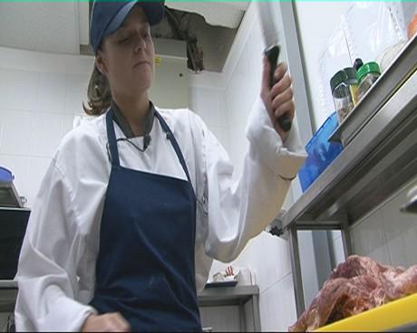 """В """"Животът на другите"""" Алекс Сърчаджиева се съгласява да играе една от най-омразните си роли – готвач."""
