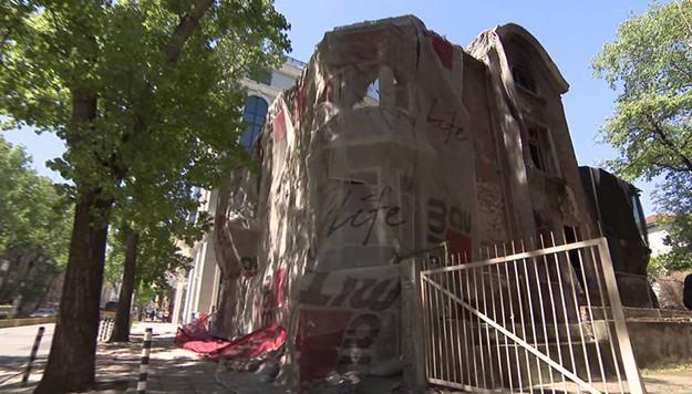 """Как се стигна до събарянето на 110-годишната """"Двойна къща"""" в центъра на София"""