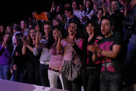 За да подкрепят Илиевски в зaлата на Music Idol се бяха събрали огромна група македонски фенове, които изпратиха своя любимец с бурни аплодисменти.