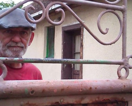 Бранко Младич, братовчедът на Ратко Младич, раговаря с нас през оградата на къщата, в която  беше заловен генералът.