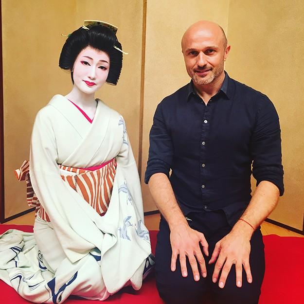 Георги Тошев влиза в строго охранявания свят на най-красивите японки