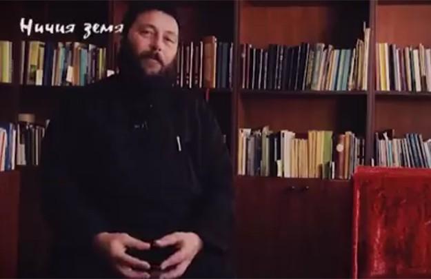 Емил, роденият Ерхан, става свещеник от Българската православна църква, въпреки че първите си думи произнася на турски език в дом, в който стриктно се спазват повелите от Корана.