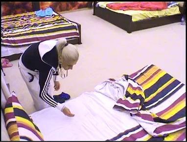 Сашка първа откри пясъка в леглото си.