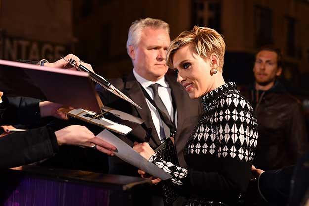 Зашеметяващата Скарлет Йохансон се превърна в център на вниманието на синия килим в Париж миналата вечер.