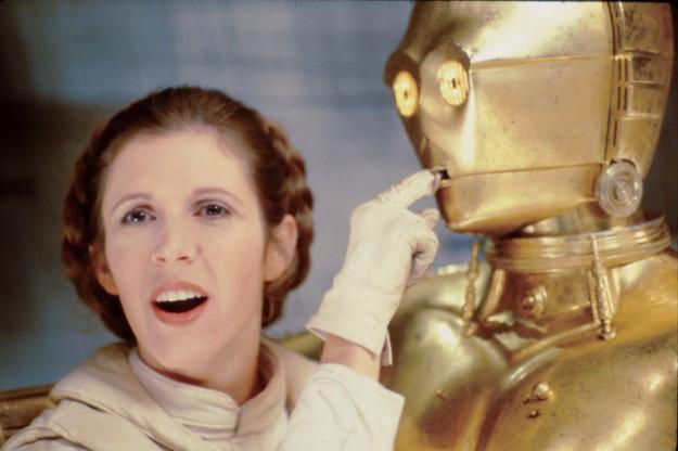 Кери Фишър (Принцеса Лея) се закача с робота C-3PO в пауза...