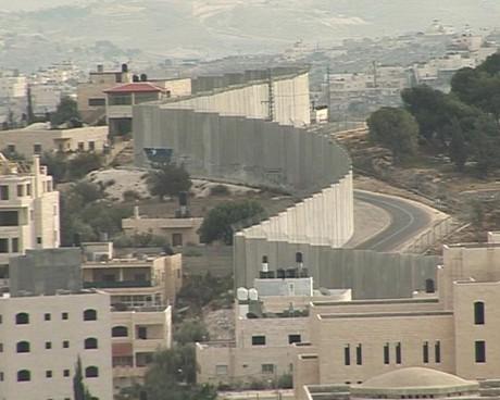 масивната 8-метрова преграда
