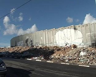 Войници, наблюдателни кули, огради с ток, разделени от стената семейства.