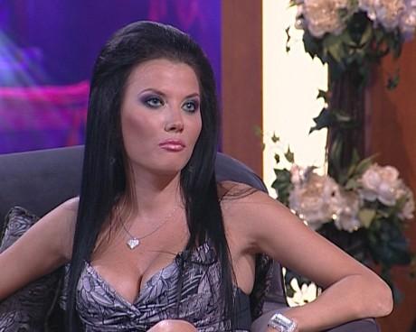 """Гост в пилотното издание на третия сезон на """"Вечерното шоу на Азис"""" ще бъде и попфолк певицата Теодора."""