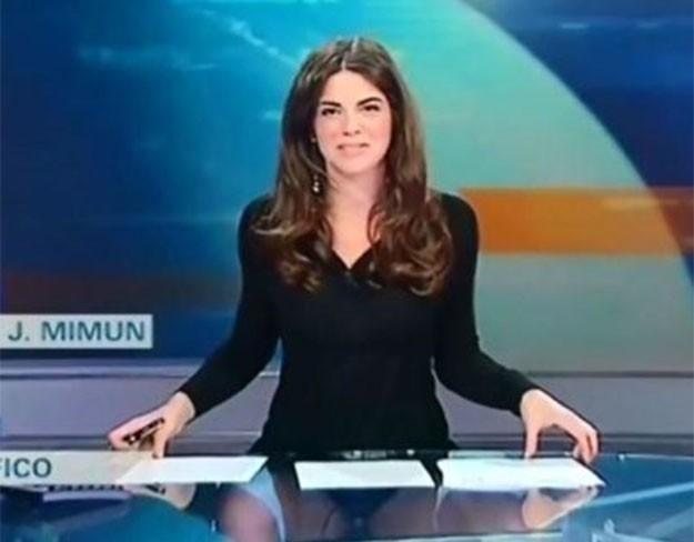 """Италианската телевизионна водеща Костанца Калабрезе """"нагорещи"""" предаването си, след като забрави че плотът на бюрото й е от прозрачно стъкло."""