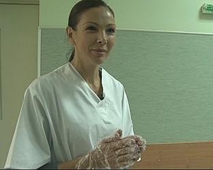 Юлияна Дончева се пробва като санитарка