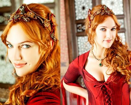 Мирием Узерли в ролята на  Хюрем, втората съпруга на Султана, майка на 5 от децата му.