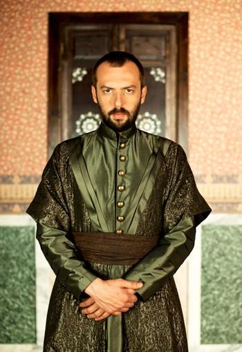 Окан Ялабък в ролята на Паргалъ Ибрахим паша, великият везир на империята.