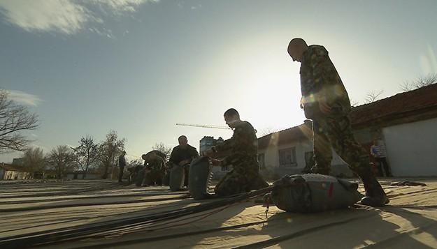 Защо и как държавата плаща милиони за дефектни парашути за българската армия