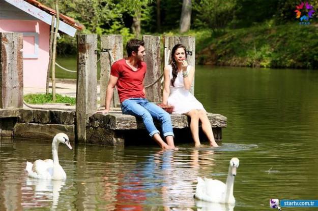 """Изпепеляваща любов събира бедно момиче и разхайтен богаташ от 27 ноември в новият турски сериал """"Ягодова любов'."""