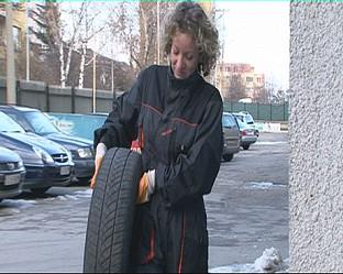 Мария Гроздева сменя масло и филтри в  столичен автосервиз