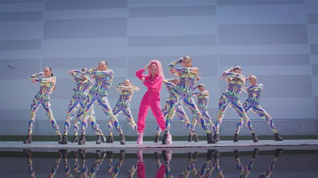 """Във видеото на """"How we end up"""" виждаме Поли в страхотна форма и в нова светлина – като изключително добър танцьор"""