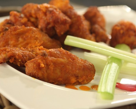 хрупкави пилешки крилца с лют сос