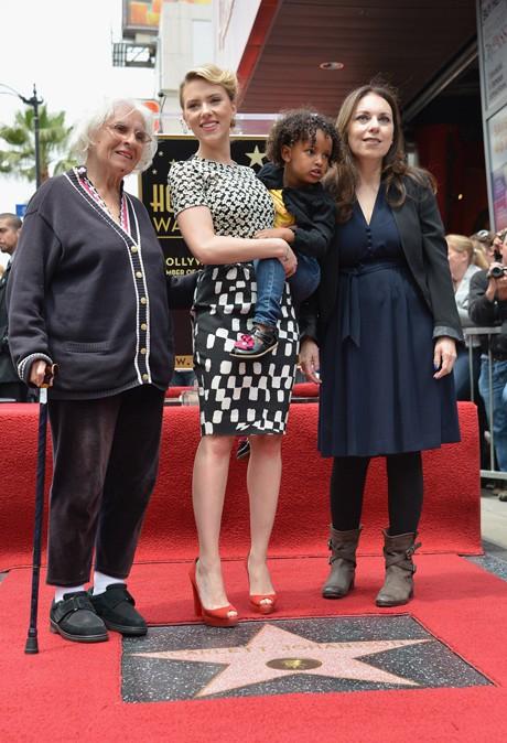 подкрепа от своята баба Дороти Слоън, майка си Мелани Слоън и малката си сестра Фенан Слоън